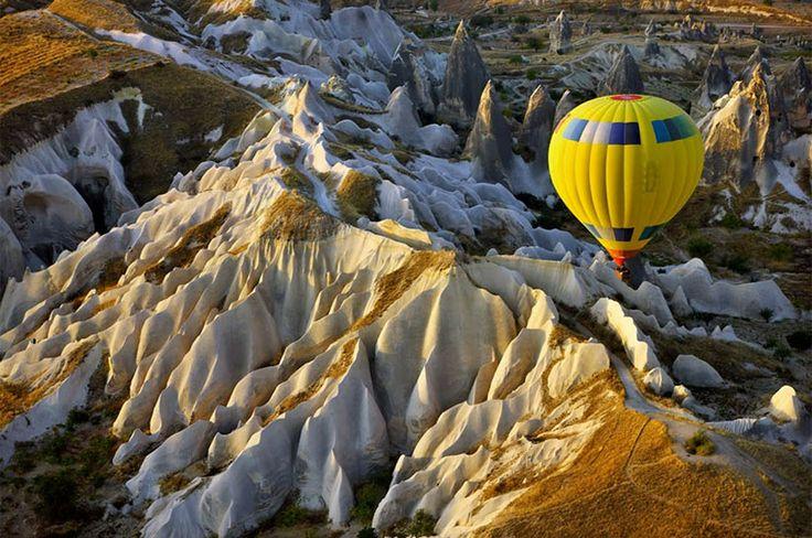 Kapadokya, Anadolu, Türkiye: Kapadokya, 60 milyon yıl önce; Erciyes, Hasandağı ve Güllüdağ'ın püskürttüğü lav ve küllerin oluşturduğu yumuşak tabakaların milyonlarca yıl boyunca yağmur ve rüzgar tarafından aşındırılmasıyla ortaya çıkmış bir bölgedir. 3. jeolojik devirde Toroslar'ın yükselmesiyle platoda biriken küller yumuşak bir tüf tabakası oluşturmuştur. Tüf tabakasının üzeri yer yer sert bazalttan oluşan ince bir lav tabakasıyla örtülmüştür.