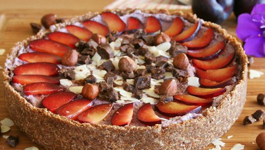 Plum and poppy seeds cheesecake with hazelnut cacao crust