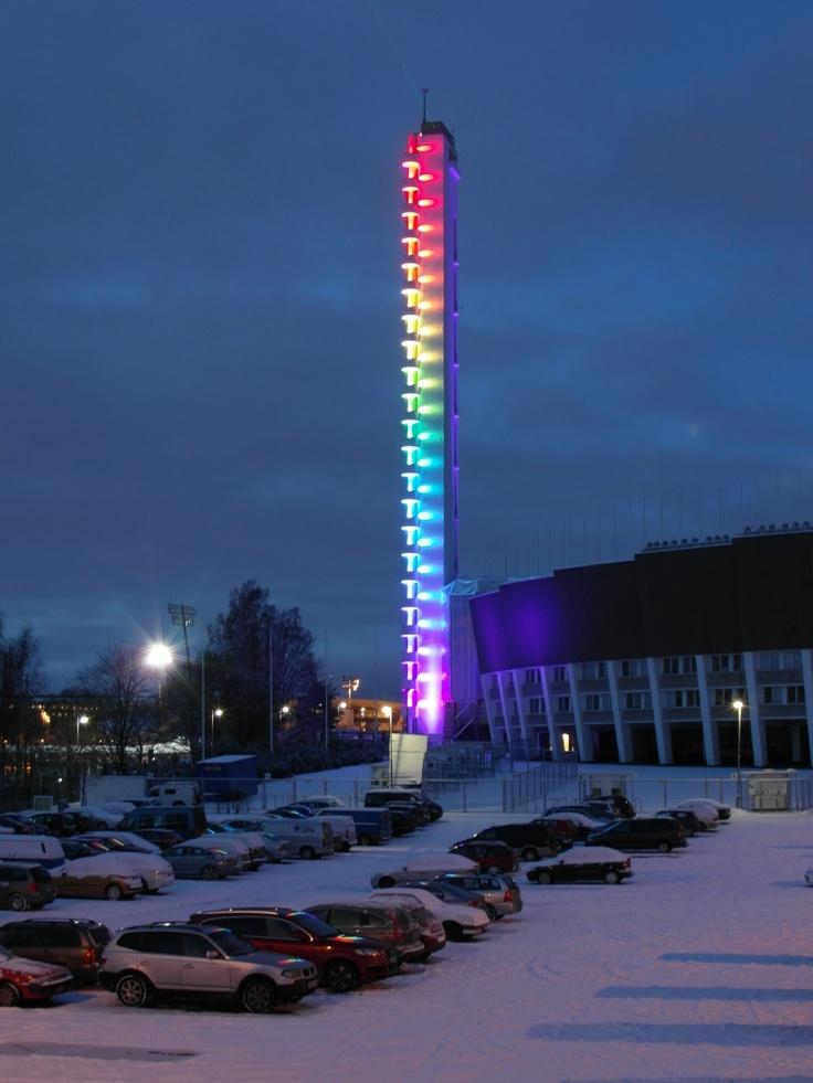 Olympic stadium. (Lux Helsinki 2012) Stadionin tornin korkeus on 72m. Helsingin olympiastadion on Suomen suurin urheiluareena.Stadion sijaitsee Helsingin Töölössä,parin kilometrin päässä ydinkeskustasta.Se edustaa tyylisuunnaltaan funktionalismia.Urheilutapahtumien lisäksi siellä pidetään kesäisin konsertteja.Se oli vuoden 1952 kesäolympialaisten keskuspaikka.