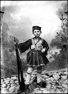 'Λεωνίδας Παπάζογλου - Φωτογραφικά πορτρέτα από την Καστοριά και την περιοχή της, την περίοδο του Μακεδονικού Αγώνα, από τη συλλογή του Γιώργου Γκολομπία''
