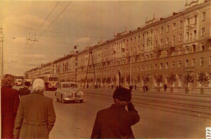 """Улица Свердлова. Первый дом перед нами под № 34. Вся улица застраивалась в формах советской """"неоклассики"""". Фото ~ начала 1950-х гг."""