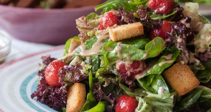 Σαλάτα με σπανάκι, μαρούλι φριζέ και φράουλες