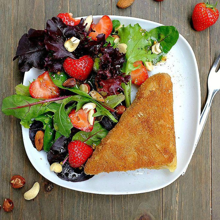 Holen wir uns den Sommer ins Haus: Panierter Comté-Käse mit einem fruchtigen Sommersalat ist ein tolles Abendessen oder leichtes Mittagessen. Zubereitet in 30 Minuten und mit garantierten Oh-wie-lecker Gefühl.