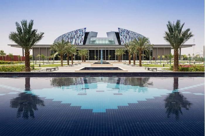 La biblioteca de la Universidad de los Emiratos Árabes Unidos abrió sus puertas en 2010. Tiene la más rica colección de recursos electrónicos en el mundo árabe.