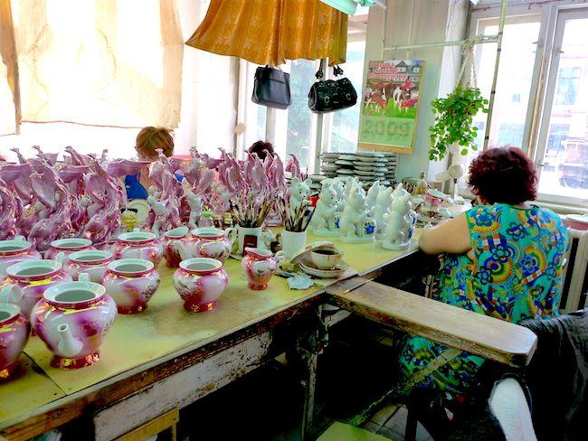 Прекрасные женщины в цехе: те, которые рисуют крупные розочки, одеты в платьица с крупным узором, а те, которые рисуют мелко, на себе носят маленькие цветочки.