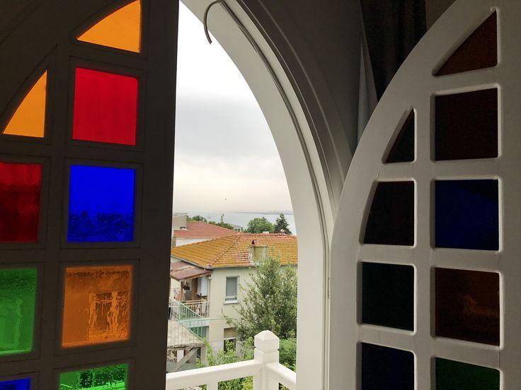"""İstanbul'un mesafe olarak dibinde, ama atmosfer olarak fersah fersah uzağında. İstanbul'da gibi ama değil gibi. """"Büyükada hala güzel mi, gidelim mi?"""" sorusunun yanıtı için, …"""