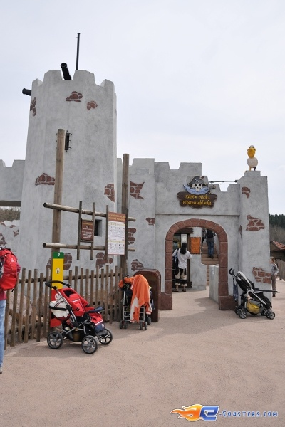 10/11 | Photo de l'attraction Kapt'n Nicks Piratenschlacht située à Legoland Deutschland (Allemagne). Plus d'information sur notre site http://www.e-coasters.com !! Tous les meilleurs Parcs d'Attractions sur un seul site web !!