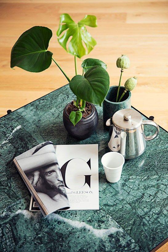 Handvärk soffbord skapades med viljan att skapa ett nytt utseende som fortfarande håller fast vid den enkla och eleganta skandinaviska designstilen. Resultatet blev ett stort lågt bord. Marmorn är uppdelad i 4 delar, vilket gör att bordet påminner en om ett kaklat bord. Mässingsdetaljerna ger ett exklusivt utseende. Marmor är en naturprodukt med unika mönster och uttryck, så varje bord är unikt.   Köp din marmor bord hos oss på Confident Living.