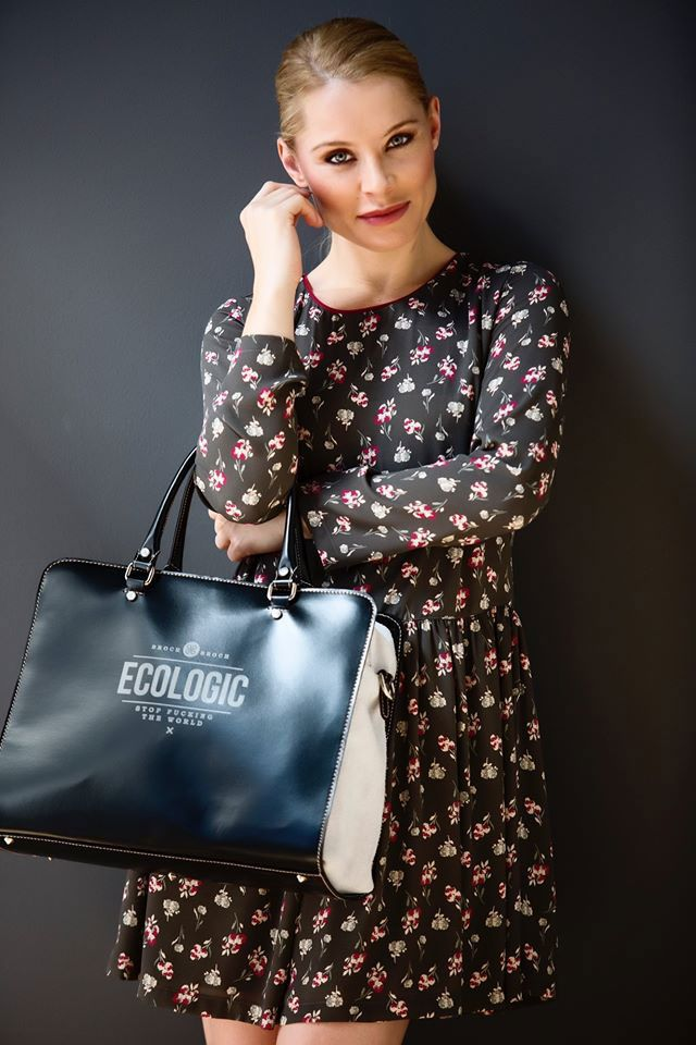 La cantante Soraya Arnelas conoce la importancia de un buen maxi bolso negro para su día a día. Le queda genial nuestro bolso grande Ecologic Everest en color negro y arena. #SorayaArnelas #bolsogrande #Ecologic #brochbroch