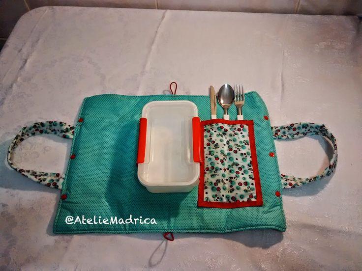 A própria toalhinha do porta marmita serve como jogo americano. Ainda vem com talheres e uma marmiteira que pode ir ao microondas e freezer. ateliemadrica@gmail.com