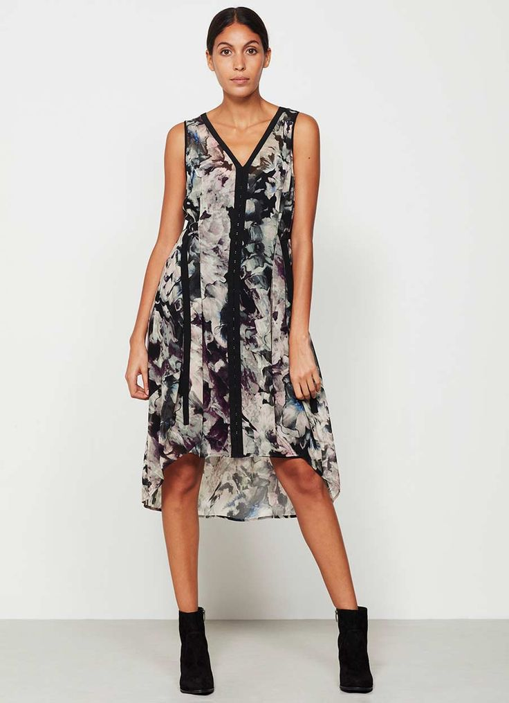 Web Exclusive - Opt for this smudgy grey and pink floral printed cocoon dress, with black edging and d-ring ties at the side to create a flattering silhouette. Model is 5'10in and wears a UK size 10. Model is 5'10in and wears a size 10. The length from side neck point to hem measures 112cm/44in.