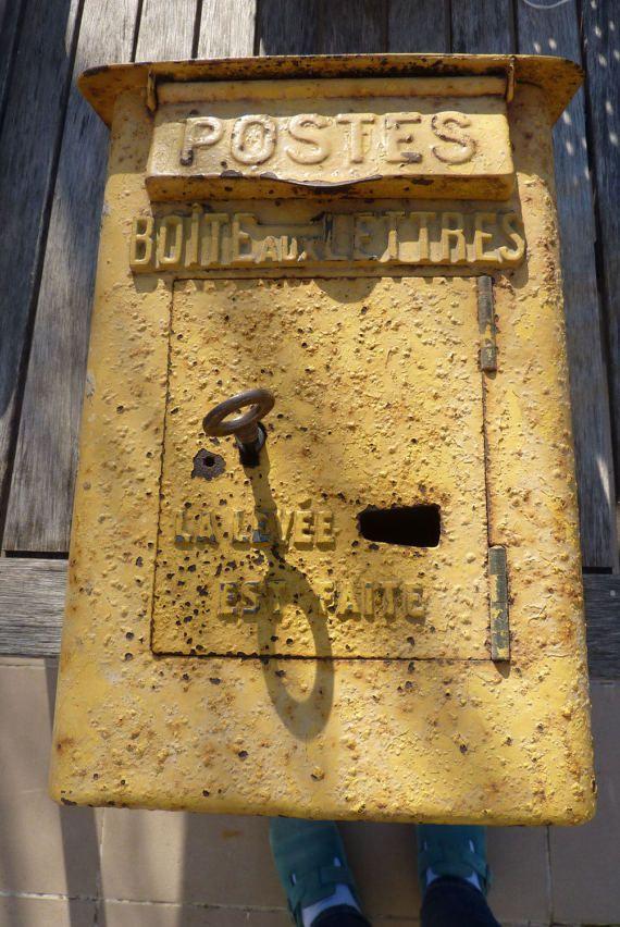 boîte à lettres PTT La Poste réformée avec clé DELACHANAL 1910 - 1920 déco loft atelier industriel Nhésitez pas à me demander plus de photos si besoin la boîte est dans son jus, mais en super état structurel : objet rare dans ce état avec clé. La porte souvre et se ferme bien, la serrure fonctionne parfaitement. la peinture est écaillée, quelques traces de rouille, qui ont fait des cloques sous la peinture, mais le métal est en super état : elle peut être repeinte rénovée facilement : la…