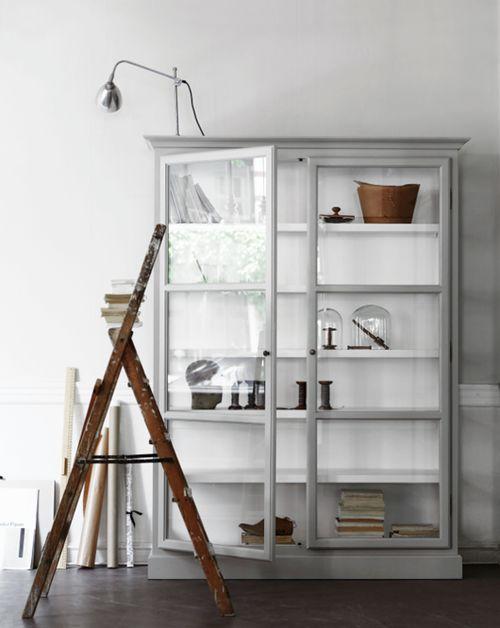 esta es una buena idea para aligerar el mueble de mi salón.Color blanco  ó gris claro para las baldas y parace que los lbros vuelan....(via Glass Cabinets by Lindebjerg Design | decor8)