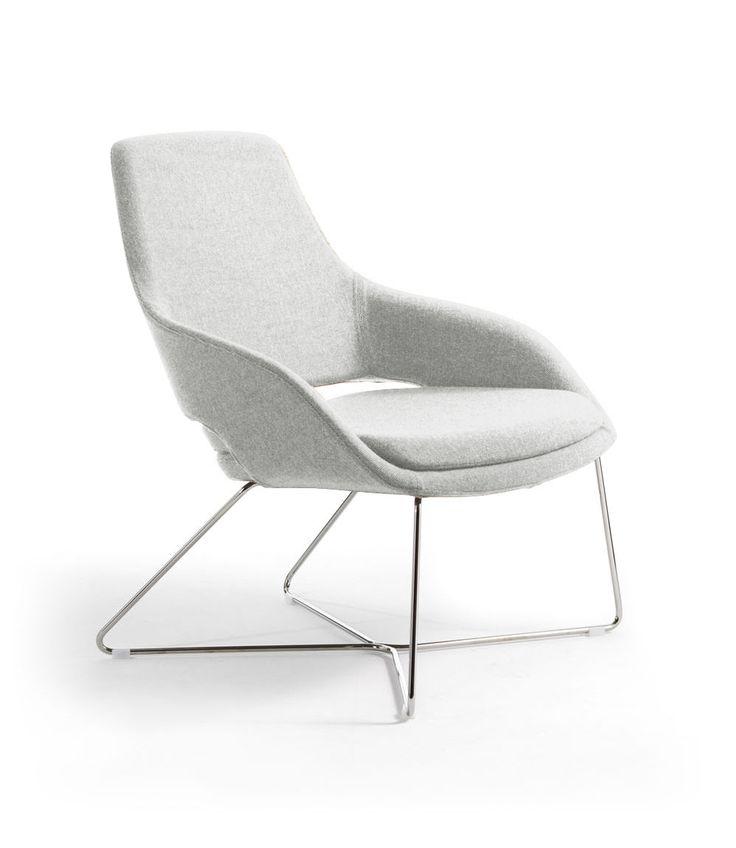 La famiglia Captain, disegnata da Baldanzi&Novelli, si arricchisce di una seduta lounge. Captain Lounge è una poltrona leggera e sinuosa, dalla silhouette ampia e riposante. #CaptainLounge #Sinetica #chair #officechair #seating #design #designchair #Baldanzi&Novelli #designer