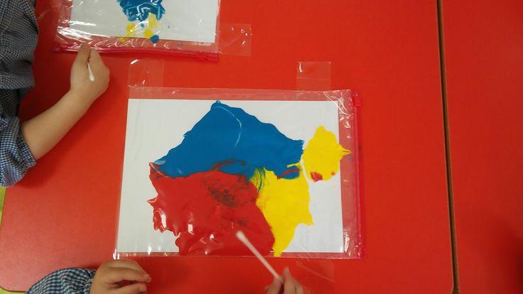 Bolsas de congelar y pintura.Mezcla de colores