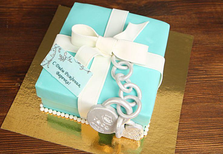 Элегантная и нежная бирюзовая коробочка, перевязанная белой атласной ленточкой, стала визитной карточкой и неотъемлемой частью бренда #TiffanyCo. Мечта любой девушки - это украшение #тиффани. А если коробочка - это торт?! Представьте, на сколько оригинальным и вкусным подарком он станет для Вашей любимой!  Изготовление тортика на фото возможно от 2-х кг и всего 2150₽/кг🙈  Специалисты #Абелло готовы помочь с выбором красивого и качественного десерта по любому поводу по единому номеру…