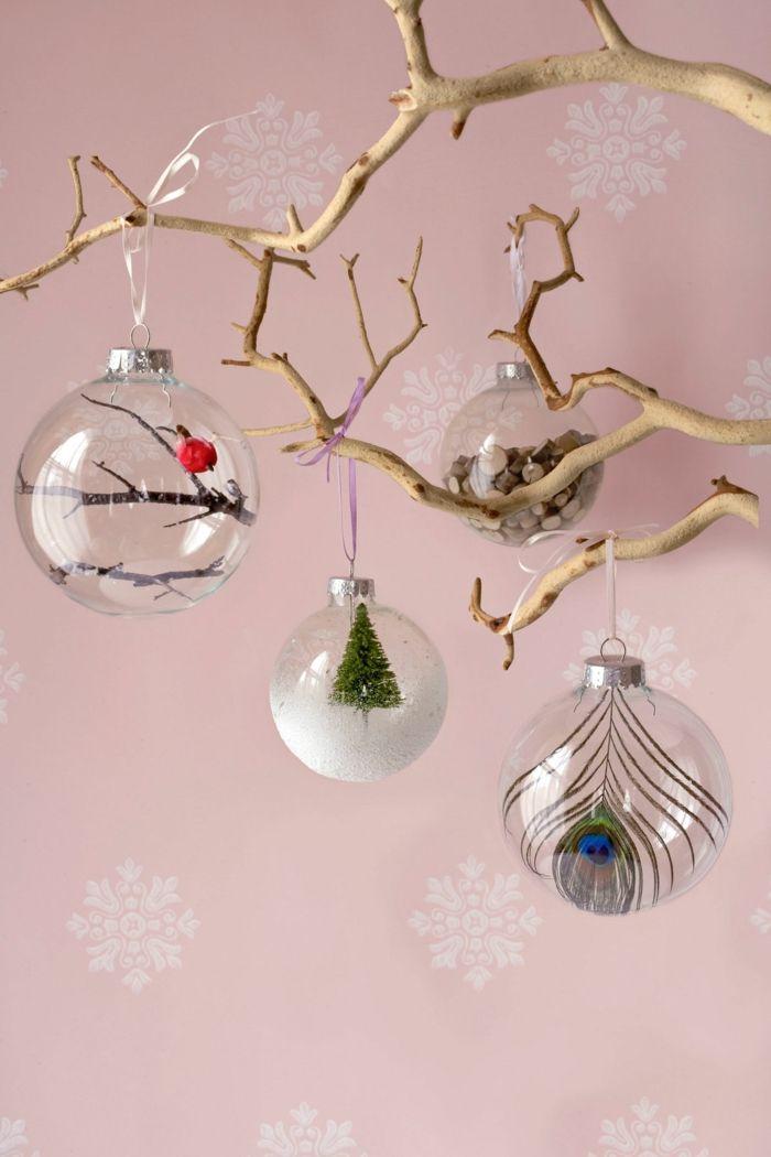 Weihnachtskugeln aus Glas mit Christbäumchen, Pfauenfedern und Holzstäbchen, kreative Idee für Weihnachtsschmuck