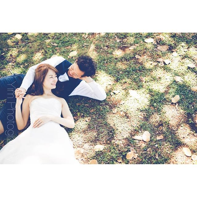 爽やかだけど、ロマンティックなウェディング写真を撮影したいプレ花嫁さん♡《前撮り/後撮り》や《フォトウェディング》では、ぜひ、彼と仲睦まじい 「寝転がりショット」 を撮影してみてください** 公園やビーチなどのロケーション撮影にぴったりのポーズなので、おしゃれ花嫁さんは必見です♪