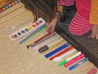 Je start met één voorwerp, de kleuters zoeken daarna voorwerpen uit de klas die korter of langer zijn (naargelang de opdracht)