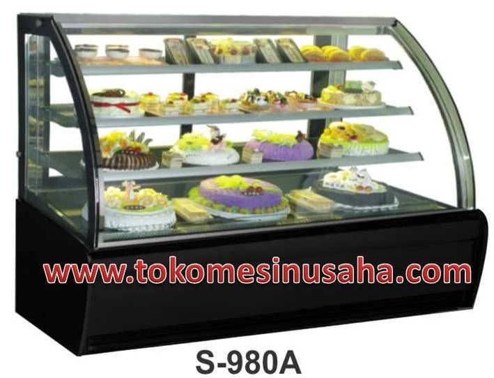 Curved Glass Cake Showcase adalah mesin showcase yang digunakan untuk mendisplay kue,selain kue mesin ini dapat digunakan untuk cokelat. Type : S-980A Dimensi : 240 x 81 x 140 cm Volume : 640 L Power : 1384 W Berat : 460 Kg Rak : 3 buah Pendingin : R134A