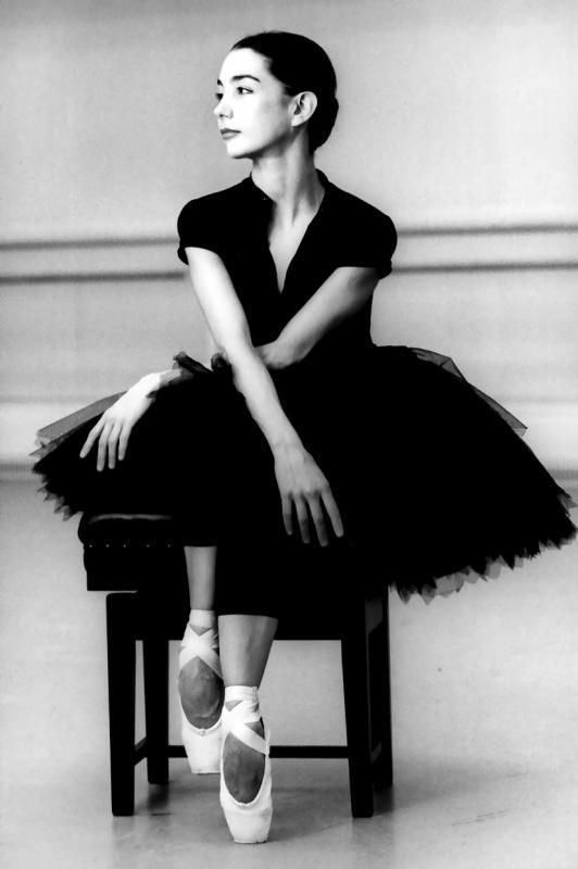 I love this pic. The dress, her style and most of all - ballet