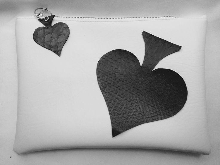 Clutch in ecopelle Bianca con Motivo a picche di Denny HandMade su DaWanda.com #clutch #fauxleather #white  #aceofspades #dennyhandmade #glamour #fairtale #glamour #casual #fashion #accessories #bag
