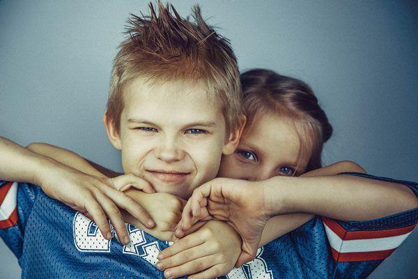 Trónvesztett elsőszülöttek, ajnározott kistesók. Háború a családban. A testvérféltékenység mint nevelési következmény