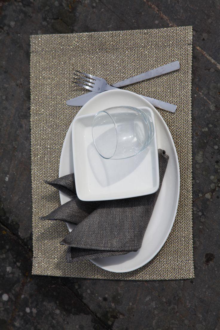 Pisa Designin pisa fabric -kierrätysmateriaali sarjan kultainen ruokailutabletti ja pellava servetti. #habitare2015 #design #sisustus #messut #helsinki #messukeskus #finnishdesign