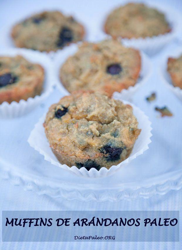 Desayuno paleo muffins de arándanos con harina de coco.