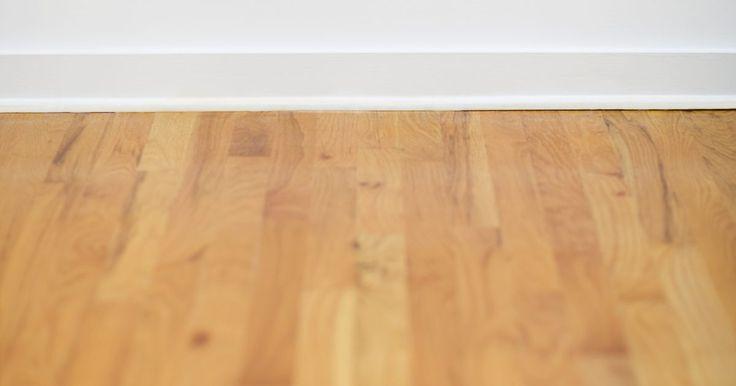 Cómo quitar pisos de madera. Colocar pisos de madera es un proceso complicado que requiere que coloques con cuidado cada tablón y perfectamente alineados para proporcionar una superficie hermosa que dure por décadas. Eliminar estos mismos pisos es otra cosa. Es un proceso complicado y de trabajo intensivo que requiere unas cuantas herramientas combinadas con fuerza bruta. ...