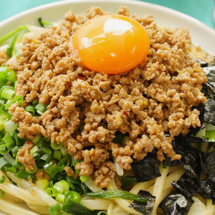 うま辛がっつり…!名古屋発祥の人気グルメ「台湾まぜそば」ならぬ「台湾まぜうどん」を作ってみませんか?お肉と香辛料の旨味が引き立つ、やみつき必至の一杯をおうちで思う存分楽しんで♪ピリ辛ひき肉「台湾ミンチ」の作り方も動画でご紹介します。