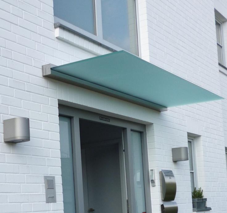 Das Vordach DURA verleiht jedem Hauseingang einen modernen Touch