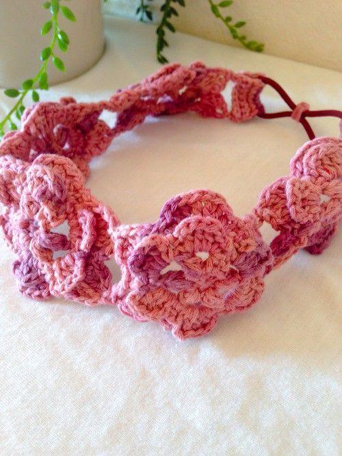 かぎ針編みのお花をつなげてカチュームにしました。大き目のお花が存在感大でとっても可愛い仕上がりとなっています。暗くなりがちな秋冬コーデにいかがでしょうか?小学...|ハンドメイド、手作り、手仕事品の通販・販売・購入ならCreema。