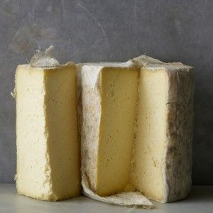 Richard Ⅲ Wensleydale - A traditional, cloth-bound, cows' milk cheese made by Andrew Ridley, who uses the pre-war recipe for Wensleydale cheese. Moist, creamy, and with a honeyed flavour and lower acidity than modern mass-produced Wensleydales.