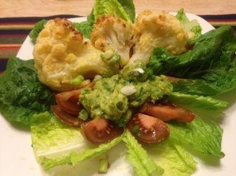 Rántott karfiol egyszerű guacamole krémmel, salátával: Sütőben sült rántott karfiol egy kis fűszeres krémmel, friss saláta levelekkel, fekete paradicsommal = kellemes ebéd vagy vacsora. :) Alig tudtam fényképet késziteni, olyan gyorsan elfogyott ...! :) http://aprosef.hu/rantott_karfiol_egyszeru_guacamole_kremmel_salataval