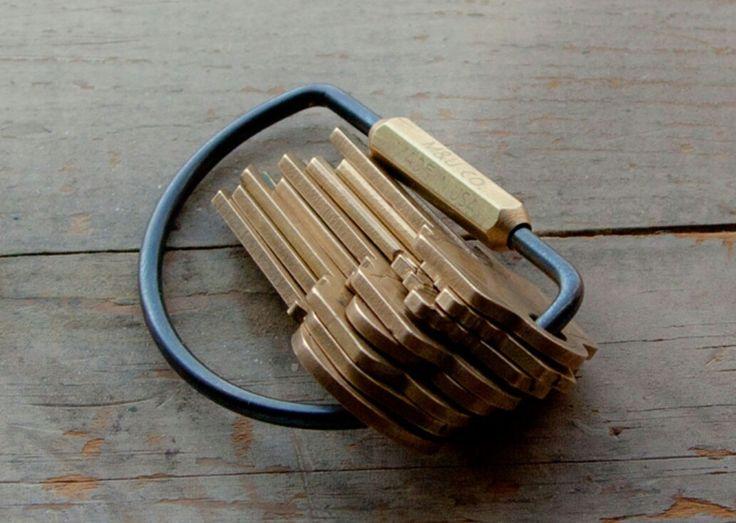 Vad håller ihop din samling med nycklar? Ett nytt produktsegment vi lanserar senare i höst är nyckelringar. Håll utkik! - www.sawyerstreet.se - fraktfritt - #sawyerstreetgoods #presenttips #gentleman #herrstil #herrmode #herraccessoarer #accessoarer #accessoar #mässing #tillhonom #hantverk #handgjort  #nyckelring