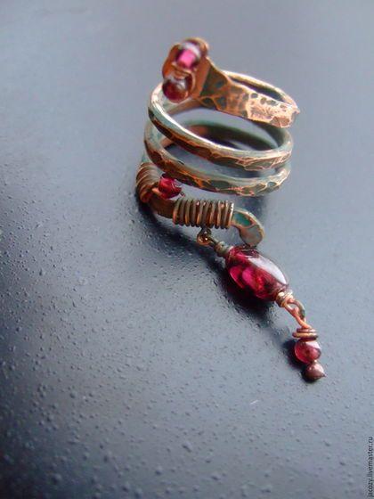 Купить или заказать Медное кольцо Змея в интернет-магазине на Ярмарке Мастеров. В преддверии и в предвкушении Нового года появилась вот такая змейка из меди с гранатами .