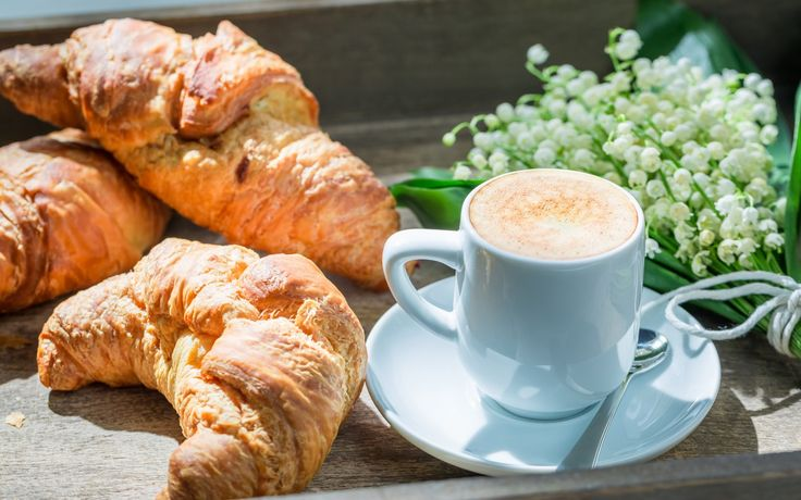 Скачать обои breakfast, ландыши, кофе, круассаны, чашка, завтрак, раздел еда в разрешении 6016x4010