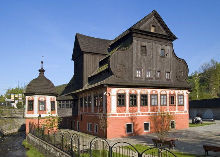 Duszniki Zdrój. Dušníky v Kladsku. Centrum řemesel a obchodu. Ren. papírna založena rodinou Krečmerů v r. 1605.