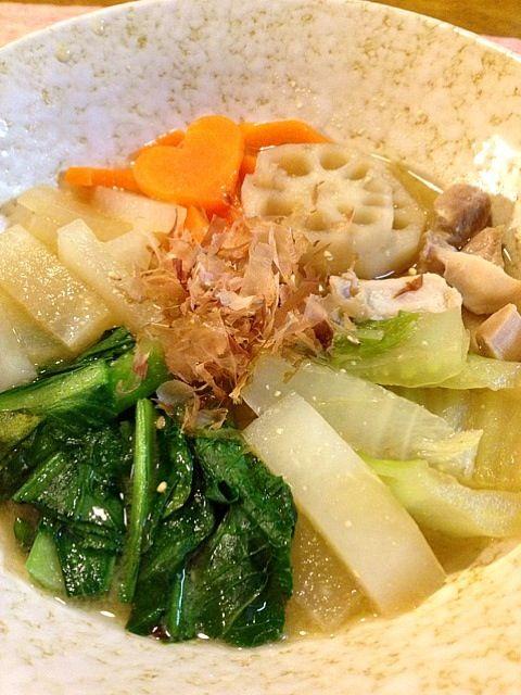 ママが忘年会なので、夜ごはんもつくりました。小松菜、白菜、蓮根、人参、大根、だいすきな野菜たっぷーり入れました♡あったまるう - 8件のもぐもぐ - 味噌風煮込みうどん by saaasaya