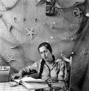 Vakalo Eleni (1921-2001)studied archeology at the University of Athens and art history at the Sorbonne.Her activity spans mainly 3 intellectual domains:poetry,art criticism and education.She published her first poems under the encouragement of Elytis and Gatsos.Since then she published 14 collections of poetry,awarded the 1st State Poetry Prize.She taught as a visiting professor in academic institutions and collaborated with Princeton University,to which she donated a part of her archive.