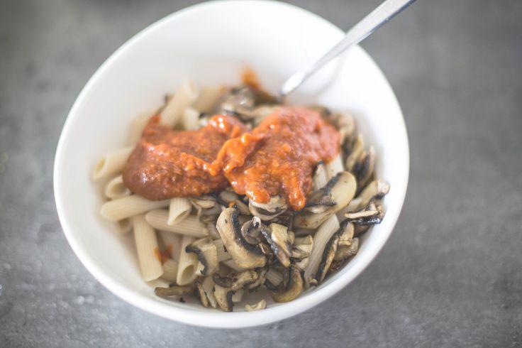 makaron z brązowego ryżu i brązowe pieczarki — proste jest piękne