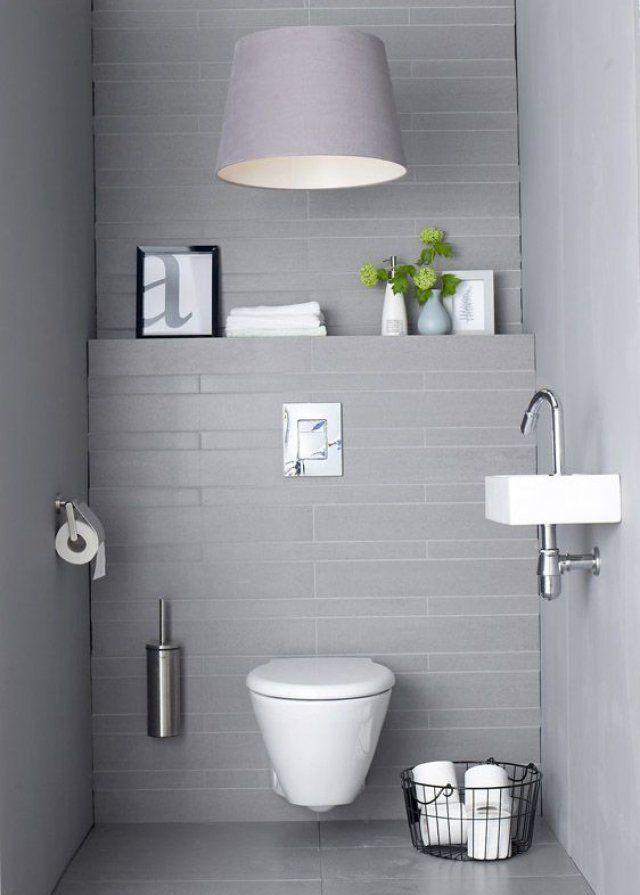 """<p style=""""text-align: justify;"""">Pour créer des wc au design contemporain optez pour des murs peints en gris clair et du papier peint de la même teinte à impression carrelage afin..."""