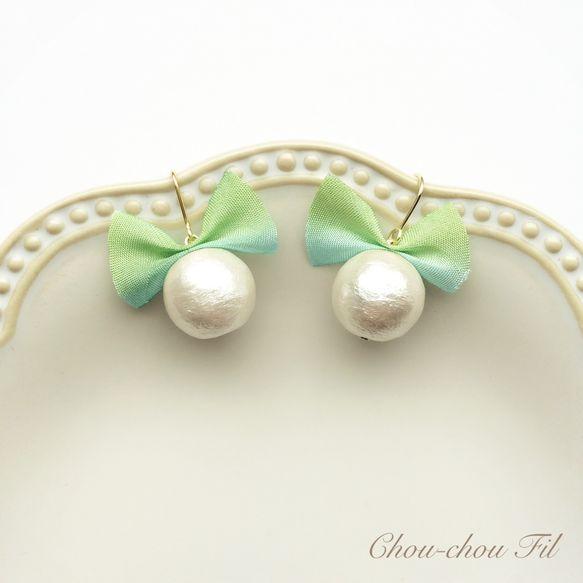 Chou-chou Fil【silk ribbon&cotton pearl pierce(グラスグリーン)】12mmのホワイトコットンパールとグラスグリーンのシルクリボンをちょこんとつけたピアスです♡ 肌なじみのよいリボンです。