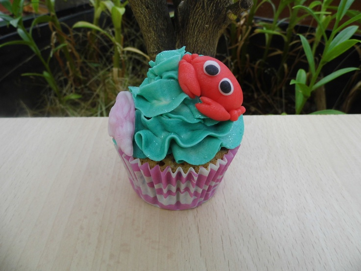 Cupcake con Buttercream de Frambuesa adornado con figuras de fondant.    www.monicacupcakes.blogspot.com