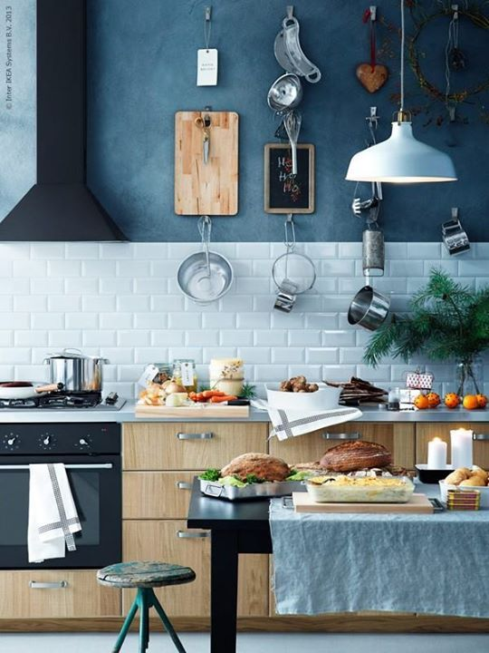 Así se ve una cocina con azul denim en los muros y madera clara la perfecta combinación.