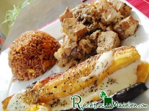 """Tofu salteado en cebollas caramelizadas, berenjenas repollo y """"bamboo shoot"""" con arroz rojo Tailandés en vegetales y amarillo al horno en queso y hierbas (usar ingredientes veganos)"""