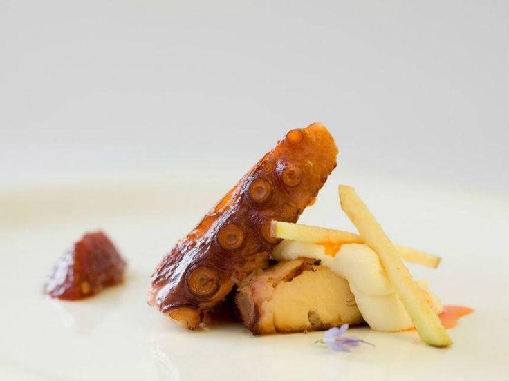 Pulpo asado con Carbón de Berenjenas con compota de tomate y manzana ( unidad ). Reserva online en EligeTuPlato.es