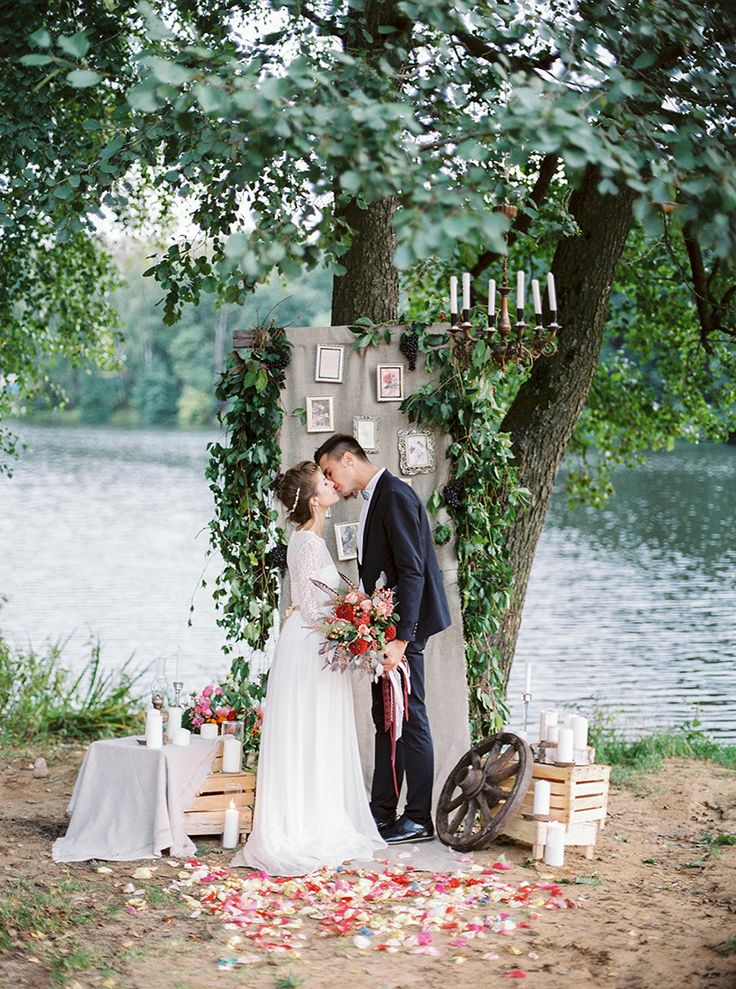 gorgeous wedding ceremony by the river | Autumn wedding inspiration in Shades of red + lace wedding dress with long sleeves | Photography : thefretties.com | fabmood.com :