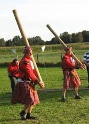 Highland Games: Schotse muziek aan, een flinke slok whisky, een originele Schotse kilt voor de clanleider en de strijd kan los barsten! Stoere mannen en vrouwen strijden voor de winst op verschillende spelonderdelen: Boomstamwerpen, Hamerslingeren, Keistoten, Buksschieten, Touwtrekken, Bomstamestafette en Boomstamzagen.  Een leuke en gezellige teambuildingsactiviteit die op onze of uw locatie kan plaatsvinden!